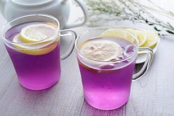 それでは、バタフライピーにレモンを加えてみましょう。レシピというほどのものはなく、ただ、レモンを加えるだけですよ*  もともとお茶ですので、レモンを加えることで、色の変化だけでなく爽やかな酸味と香りがアレンジされて、より美味しくなります。スライスしたレモンを入れるよりも、レモンを一滴ずつしぼって、お茶の中に落としていくと変化をゆっくり、しっかり見ることができます。