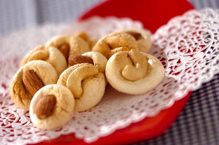 とても簡単に食感の大きな変化を楽しめるのがマシュマロクッキーです。やわらかで弾力のあるマシュマロをじっくり焼き上げることでさくさくの食感のクッキーに変化します。120度という低めの温度で全部で60分ほど焼き上げます。  はじめにふわふわのマシュマロの状態をしっかり確認しておくのが、違いを明確にするポイント。マシュマロクッキーを作り始める前に、ひとつマシュマロをつまみ食いしておきましょう。