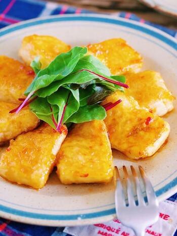 ふるふるの豆腐がもちもち食感のステーキに大変身!  豆腐は電子レンジを使ってしっかりと水切りします。片栗粉をつけてしっかりと焼き付けると、もっちりとした食感の食べごたえのある豆腐ステーキに仕上がります。とろみのあるマヨチリ味でご飯にもよく合います。  同じ豆腐をもうひとつ用意して、冷ややっことして食べてみると、食感の違いをより確かに感じることができますね。豆腐に熱を加えると豆腐のなかのたんぱく質とにがりが固まって、弾力が生まれることによって、食感の違いとなります。