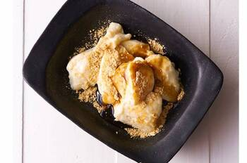 豆腐をペースト状にしてから葛粉(または片栗粉)とメープルシロップをぐるぐるかき混ぜながら、加熱していくと・・・もっちりとしたわらび餅に変身!冷やし、固めてできあがりです◎  つやつやの柔らかな豆腐がとろりとしたペースト状になるのも面白いですし、片栗粉を加えて加熱し、冷却すると・・ぷるんとした塊になる!という工程も子供にはびっくりの実験になります。  これは片栗粉が水を加えて65度以上になると粘りが出る糊化という現象を利用したものです。