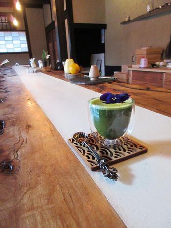 グラスでいただく抹茶も、喫茶狐菴の特色。宇治に自家製園をもつ「皐盧庵(こうろあん)」の抹茶です。グラスで飲む本格抹茶、なかなかない体験ですね。