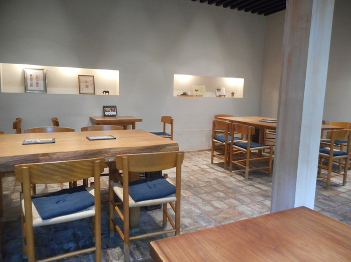 モダンで落ち着いた茶房「玄以庵(げんいあん)」は、嵐山観光の合間にほっと一息つくのにぴったり。老松はたくさん店舗がありますが、茶房があるのは嵐山店だけです。ガラス窓からは苔むす日本庭園が見えます。