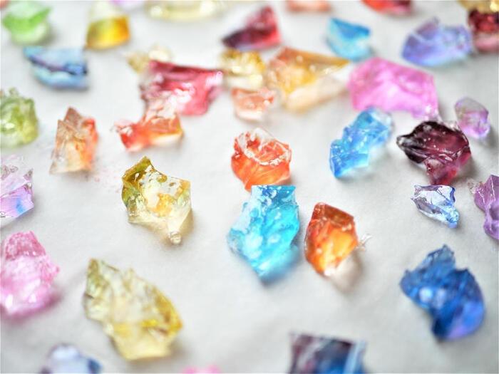 粉寒天とお水を5分ほど火にかけてからお好きなシロップやジュースなどで色付けすると、綺麗な宝石のようなお菓子が作れちゃいます。こちらは昔からある伝統的なお菓子で「琥珀糖」というもの。乾燥させると食感が変わり日持ちもするのでちょっとした手土産にもおすすめです!