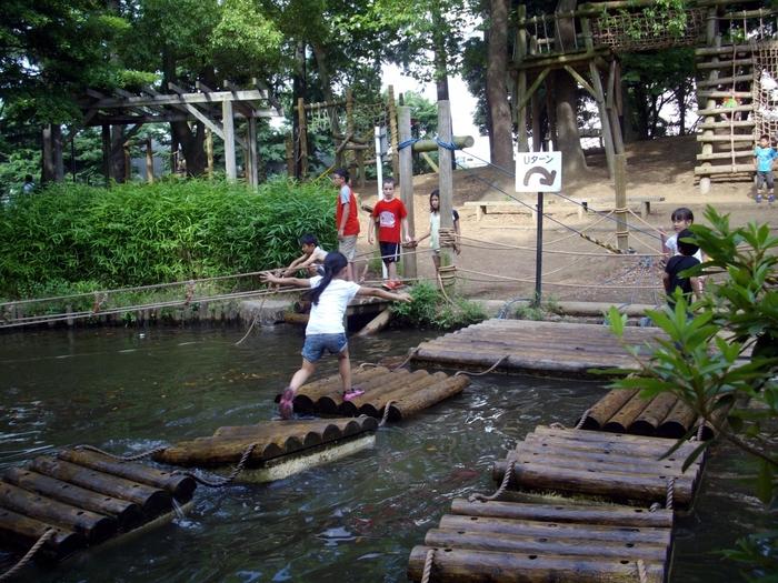 京浜急行平和島駅から徒歩約10分、平和の森公園の中にある「平和の森公園フィールドアスレチック」は、駅近のアクセス抜群。6500平方メートルもの敷地には40種類のアスレチックがあり、遊びながら大田区の歴史や地名などを学ぶことがでます。
