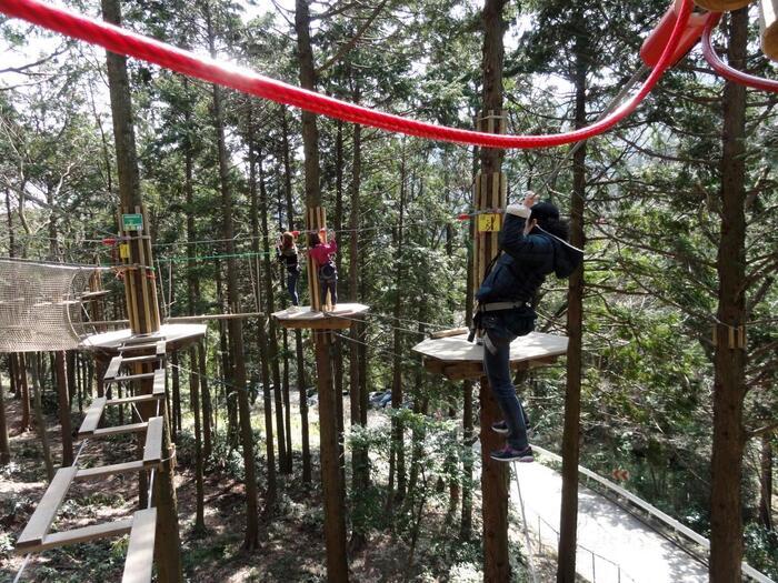 フィールドアスレチックとは、森や林、川や海など、自然の中に作られたアスレチックのこと。子供から大人まで家族みんなで楽しめ、まるで冒険するように大自然を満喫できる、体験型のアスレチックなんです。