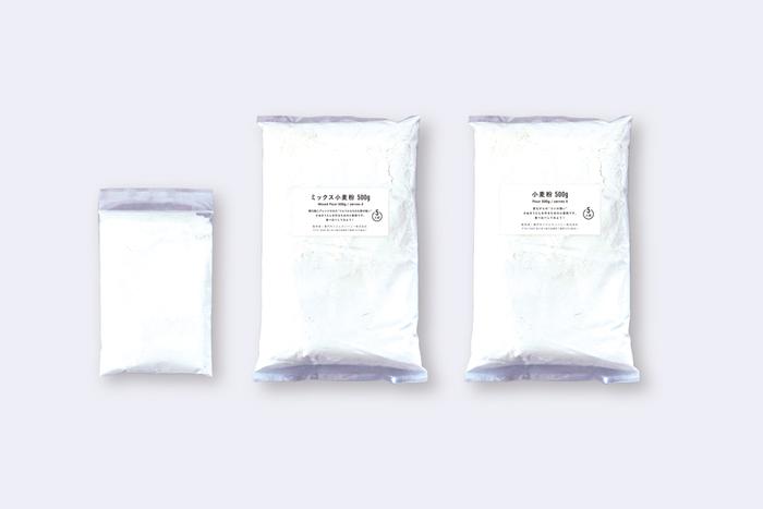 打ち粉は2パック、小麦粉は5人前ずつ2種類入っています。1つはコシの強いさぬきうどんが味わえて、もう1つはタピオカ粉などがブレンドされ、ツルツル、もっちり感を楽しめます。味や食感の違いを比べてみましょう!