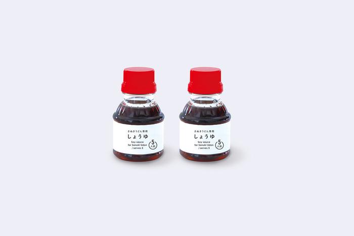 さぬきうどん専用のしょうゆには、出汁がブレンドされているので旨味があります。うどんと絡めると本格的な味わいに。