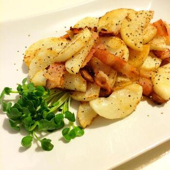 長芋や山芋をベーコンとともにフライパンで焼きます。ベーコンの脂が長芋にからんでおつまみにぴったりの一品になります。