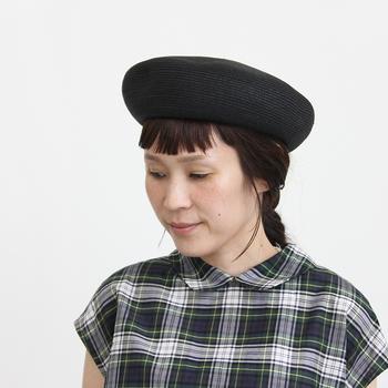 ベレー帽はこれからの季節だって被りたいもの♪いつもの着こなしにトレンド感をプラスしてくれますよ。紙とポリエステルで作られたペーパーブレードのベレー帽は扱いやすく、シルエットも美しく。