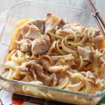 豚バラ肉と玉ねぎに調味料をまぶし、電子レンジで6分ほどチンするだけ。おかずにもおつまみにもなる充実のひと皿ができあがります。