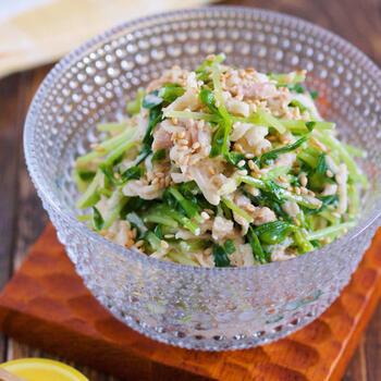 代表的な和食材のひとつ、切り干し大根を使った簡単な和え物。豆苗や切干大根のシャキシャキ感と、ツナ缶のコク。日本酒やビールによく合います。