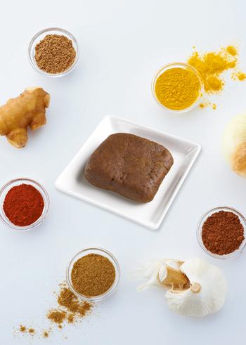 こちらは、玉ねぎと小麦粉を炒めた上でスパイスを入れて「カレールー」を自作するレシピ。数週間保存が利くので、時間がある日にゆっくりとルーを作っておき、後日オリジナルのカレーでリフレッシュという楽しみ方もできます。