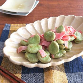 そら豆とベーコンのシンプルな炒め物です。そら豆は一度茹でてから炒めましょう。お酒を入れて塩茹ですると青臭さが抜けるのだそう。オリーブオイルでベーコンを炒めて、なじんできたらそら豆を入れます。そら豆に焼き色が付いてこんがりするまで炒めましょう。