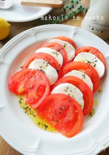 トマトとモッツァレラチーズがあれば、おしゃれなイタリア風おつまみがあっという間に完成。ワインやシャンパンに合います。
