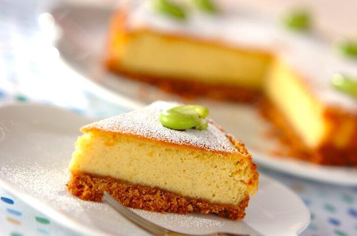 そら豆がちょこんとのった、かわいらしいケーキのレシピです。そら豆は中のケーキ生地にもちゃんと混ざっています。生地はまとめてフードプロセッサーやハンドミキサーで混ぜるので簡単。ベイクドチーズケーキですが、市販のクッキーで作った土台もポイント。飾り用のそら豆は、茹でて皮を剥いたものをのせるだけ♪