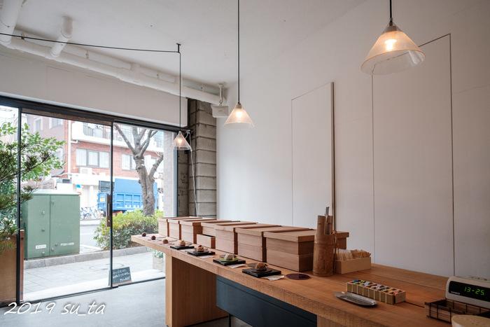 東急田園都市線の桜新町駅から徒歩約5分の距離にある、おはぎ専門店の「タケノとおはぎ」。木のぬくもりがあたたかい店内の大きな木のテーブルの上には、食べるのがもったいないくらい美しいおはぎが並んでいます。