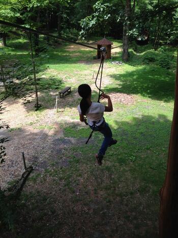コースは小学1年生から楽しめる「ディスカバリー」と小学4年生以上~大人向けの「アドベンチャー」の2種類。最高でなんと樹上10mに到達するという大迫力のアスレチックです!