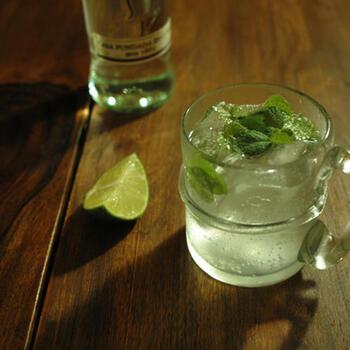 ラム酒を使ったカクテルといえば、定番はやはり「モヒート」。ライムやミントの香りがさわやかで、パーティーにもぴったりです。ミントの葉を軽くつぶすのが香りを引き立てるポイントです。