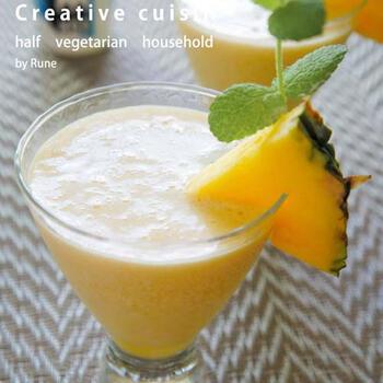 パイナップルやココナッツミルクが南国風の味の決め手になる「ピニャコラーダ」。本場カリブではフローズンカクテルが多いのだそう。凍らせたパインジュースを使えば、簡単に本場の味を再現できます。