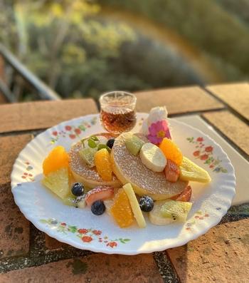 筆者のおすすめは、たくさんのフルーツがのったオリジナルパンケーキ。フワッとしていて優しい味わいです。