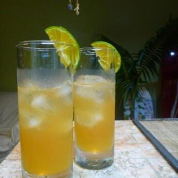 「ダイキリ」はライムの果汁を使うのが一般的ですが、新鮮なレモンでも美味しく作れます。レモンを電子レンジで20~30秒温めると、果汁がたくさん絞れるそうですよ。