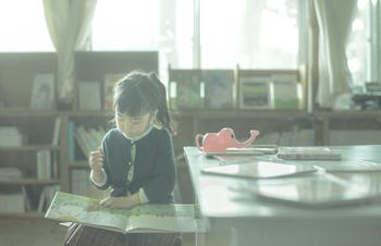 作家・上橋菜穂子が生まれた背景には、祖母の存在。作家になることを夢見ながらも、手探りのまま20代になって文化人類学を志し、やがて作家になってからは「作家として生きつづける」ことの難しさを感じる日々-。豊かな読書体験から、今を生きる等身大の姿まで上橋氏本人が優しく語った本です。夢を追いかけ、自分らしく生きることの喜びを教えてくます。