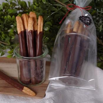材料4つで作るポッキー風のおやつです。こちらはフリーザーパックに材料を入れて作るので洗い物が少なく大助かり!混ぜたものを細く切って焼いたものにチョコをコーティングしてポッキー風に。可愛くラッピングして手土産にもおすすめです!