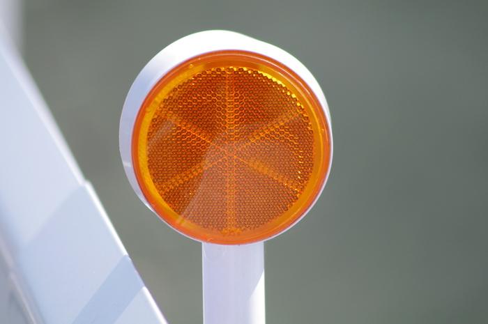 光や音などの波を反射(リフレクション:Reflection) させる装置で、反射器や反射板とも呼ばれる「リフレクター (Reflector) 」。