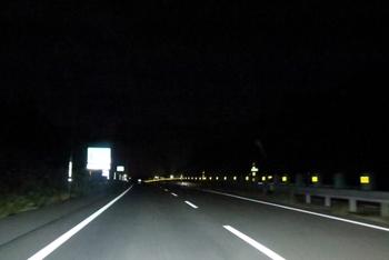 車のライトなどに反射して光るので、道路の縁石やガードレールに設置したり、道路に面しているお家の壁などに設置しておけば、夜間に画像のように境目などをドライバーに知らせてくれます。