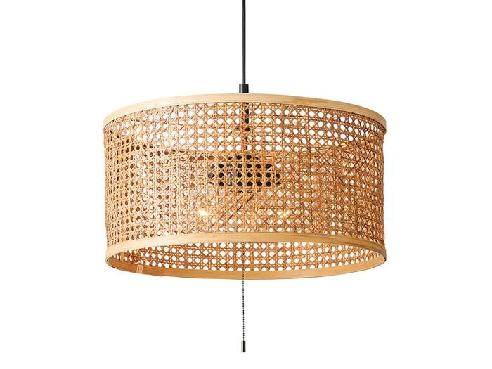 明かりをつけていないときでも温かみを感じさせるラタンで編み上げたランプシェード。カゴバッグのようにあるだけでナチュラルでほっこりした印象に。