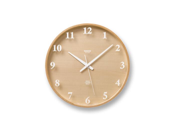 木目に白い文字盤がナチュラルで可愛い時計。文字がバックの木目に影を落とし、時間によって表情を変えるのでそれもまた素敵なチャームポイント。
