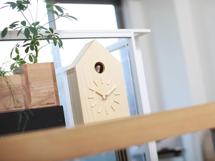 ナチュラルでシンプルな鳩時計。文字盤に文字がない分、木目の味わいを楽しむことが出来ます。毎時0分と30分に鳩が飛び出して時間を知らせてくれますが、音色を止める機能も付いているので、お好みに合わせた使い方ができます。