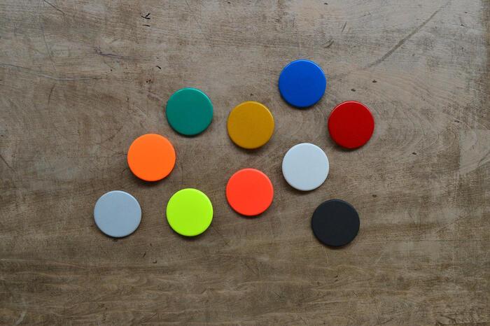 赤、青、黄、緑、白、蛍光ピンク、蛍光イエロー、蛍光オレンジ、グレー、黒の全10色あり、何色か選んでバッグにつけても可愛くて素敵。