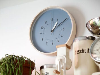 北欧っぽい木のフレームとカラーリングの組み合わせが素敵な掛け時計。余白があることで時刻も見やすく、飽きのこないデザインとなっています。