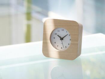 角が丸く仕上げられた、コロンと可愛い電波時計。例えばスペースが少ないキッチンや、時間を確認したくなる玄関などにぴったりのサイズ感。