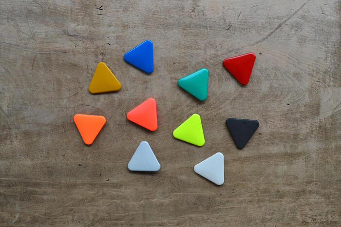 少し個性を演出したいという方におすすめなのが、こちらの三角形の缶バッチのリフレクター。丸と同じく全10色あるので、好きなカラーを選べます。丸の缶バッチと三角形の缶バッチ、両方つけてもキュート。家族で色違いや形違いでいくつか揃えるのも良いかも。また、シンプルで飽きのこないデザインは、ちょっとしたプレゼントにも◎。