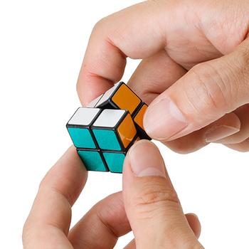 幅2.4 × 高さ2.4 × 奥行2.4 (cm)の小さなサイズながら、しっかり立体パズルとして遊ぶことができるので、つい夢中になってしまいそう。