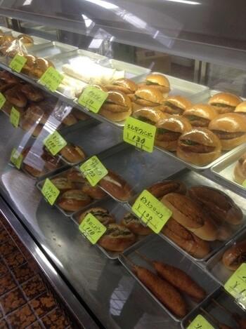 焼きそばパンやコロッケパンなど、昭和の時代から愛されている食べ応えのあるお惣菜パンがショーケースの中に敷き詰められています。