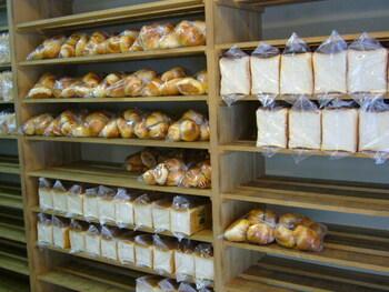 店内には、予約されたパンたちが並んでいます。ペリカンで販売されているパンは、食パンとロールパンのたった2種類のみですが、この味を求めて多くの人たちが訪れます。
