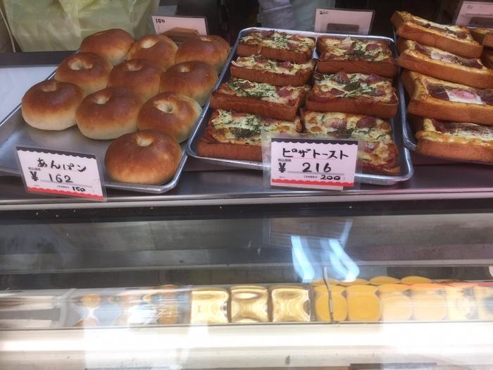 昔の味を守りながらも、時代に合わせて製法を替え、美味しさを追求する工夫が施されたパンたち。アップルパイ、マドレーヌなどのケーキ類も販売されているので、朝食、昼食、おやつまで調達できます。