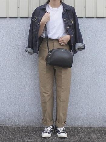 Tシャツ+Gジャンのボーイッシュなカジュアルコーデにも、ショルダーバッグがお役立ち。丸みのあるフォルムのショルダーバッグならどこか女の子らしいニュアンスが残ります。