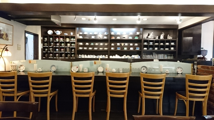 店内では、ケーキはもちろん、パンやランチタイム軽食も食べられます。クラシカルな雰囲気のあるお店なので、落ち着いたひと時を過ごすことができますよ。