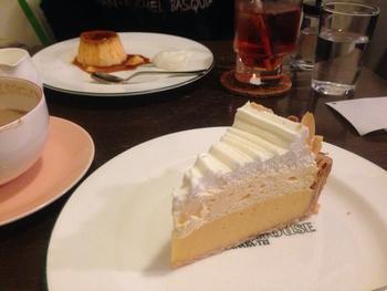 レモンカスタードの風味の甘酸っぱいレモンパイは、多奈加亭伝説のパイとして30年以上愛されている不動の人気ケーキです。本格紅茶と一緒に召し上がれ♪