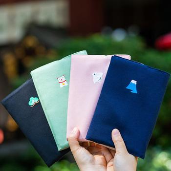 手持ちの御朱印帳につけられるカバー。ワンポイントの文様が入っていて、女性はもちろん男性でも持ちやすいデザインです。