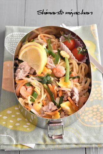 タイ風焼きそばのパッタイは、本来ならライスヌードルを使うのでなかなか再現が難しいもの。こちらのレシピなら、焼きそば麺で作ることができます。ナンプラーさえあれば手軽にエスニックが楽しめるので、ぜひ試してみて!