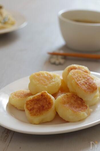 ゆでたじゃがいもを潰して片栗粉を入れてバターで焼くだけで美味しいいももちの出来上がり。じゃがいものほくほく感とモチモチ感が病みつきになります。こちらはお弁当のおかず等にもおすすすめです。