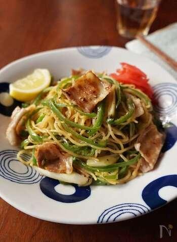 少ない具材でも満足できる、醤油焼きそばをよりシンプルにしたレシピです。カリッと焼いた豚バラと、にんにく醤油がきいていてスタミナ満点。夏に食べたい焼きそばです。