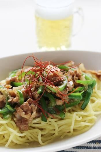 オイスターソースメインで作る、中華風の焼きそばレシピ。お酒に合うよう、にんにくや生姜などの薬味をしっかりめにきかせています。