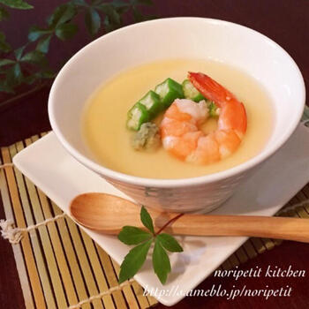 まずは試してみたい、基本の茶碗蒸しをそのまま冷製に仕立てたレシピ。白だしのあんかけにし、温かいままでも冷やしても美味しい一品です。見た目も涼しげで素敵ですね♪