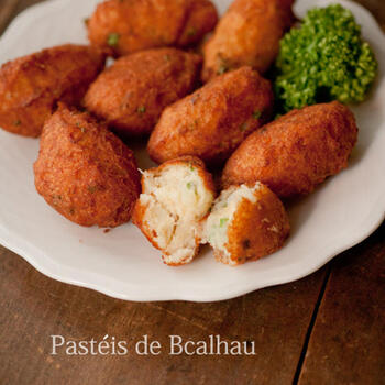 ここからは代表的なポルトガル料理もご紹介!はじめは「パステル・デ・バカリャウ」(干し鱈のコロッケ)です。干し鱈は手に入りにくいので、生の鱈でも作れます*お酒にも合う絶品コロッケです!